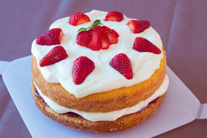 Here's a simple homemade cake can be collected, if we cut the cake in half and add the whipped cream and strawberries. Photos - Yandex. Images