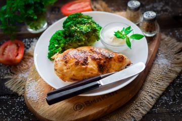 Chicken with broccoli in the oven