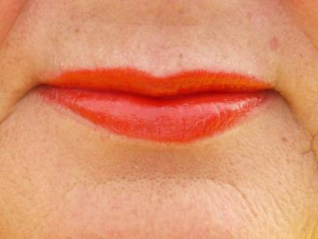 Whether to use bright lipstick after 50, if the lips were thin: a view from the make-up artist