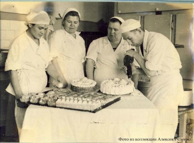 The process of making cakes in the USSR. Photo from the collection of Alexey Rudenko